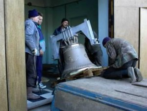 Bells are unloaded at their destination in Vladivostok in October 2000.